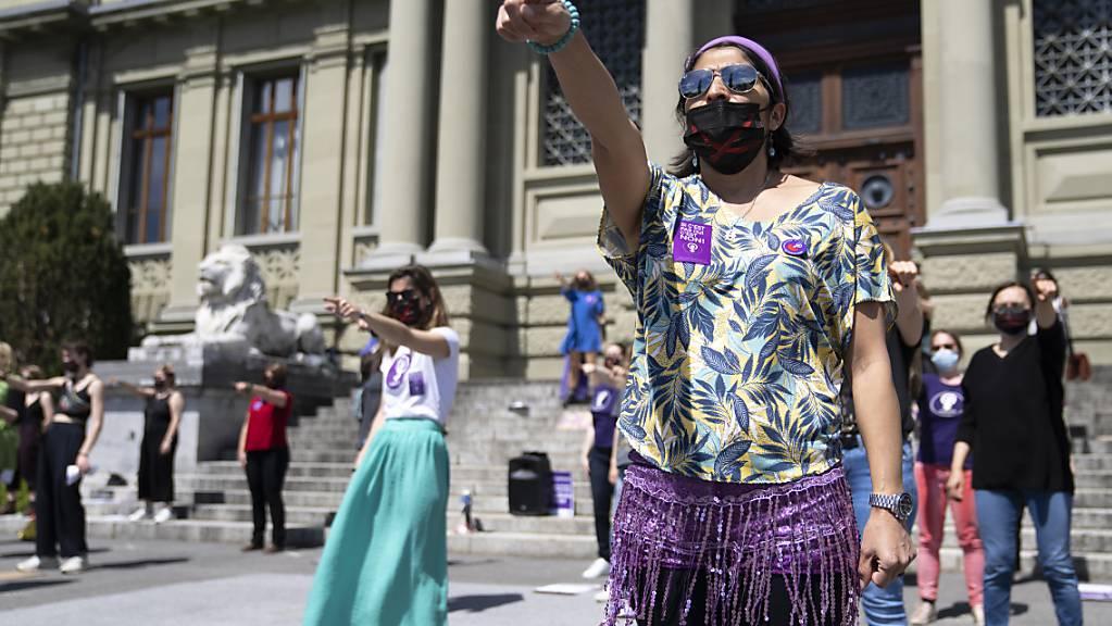 Etwa 50 Aktivisten des «Feministischen Streiks» versammelten sich am Samstag in Lausanne.