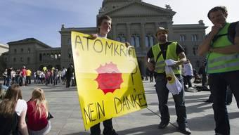 Über tausend Menschen protestieren auf dem Bundesplatz gegen die Atomkraft