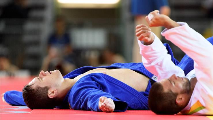 Ciril Grossklaus (l.) liegt nach der verlorenen ersten Runde in Rio neben seinem Gegner Alexandre Iddir auf der Matte.