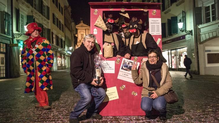 Marzio und Yvonne Strazzini vom «Cheschtelemuni» werden in ihrer letzten Saison von einer Viergruppe Narren geehrt und gewürdigt.