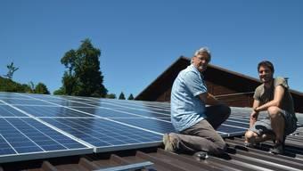 Die Solarpanels der ersten Etappe sind auf dem Dach, links Bauer Josef Schmid, rechts Sascha Winterberg von OptimaSolar Freiamt. Für den Vollausbau steht das ganze Scheunendach im Hintergrund zur Verfügung.