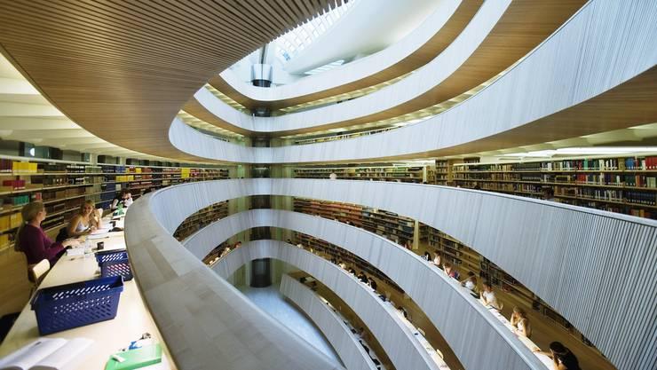 Die Bibliothek der Rechtswissenschaftlichen Fakultät der Universität Zürich. Ein grosser Teil der Studienbeginner des Herbstemesters 2013 lernt hier auf die Prüfungen..JPG