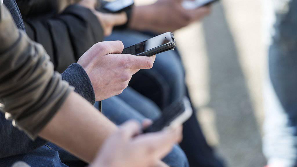 Das mobile Online-Leben hat nicht nur schöne Seiten: Ein Drittel der Jugendlichen wurde einer Umfrage zufolge schon von Fremden mit unerwünschten sexuellen Absichten kontaktiert. (Archivbild)
