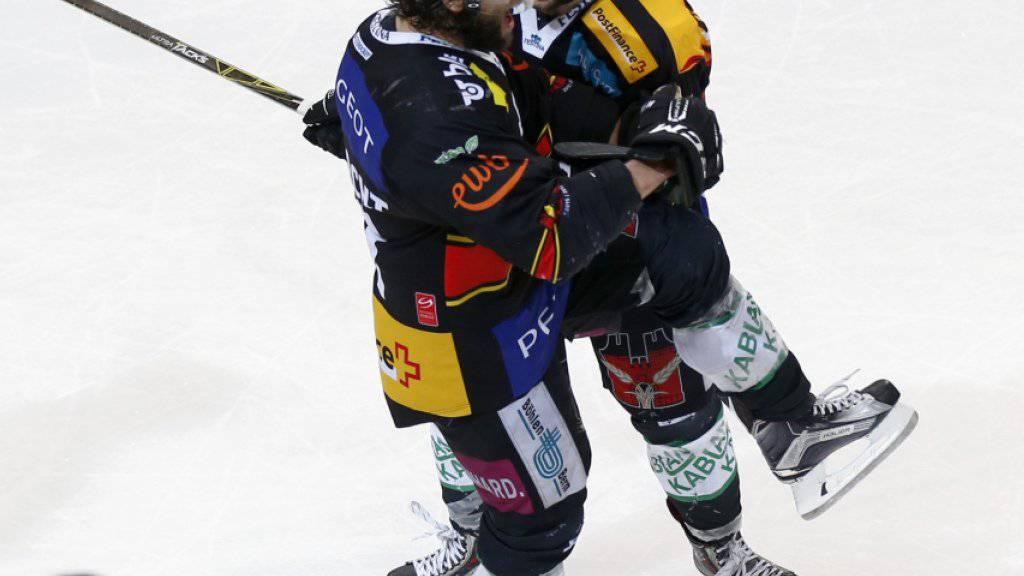 Thomas Ruefenacht (links) und Cory Conacher bejubeln Berns Siegestor