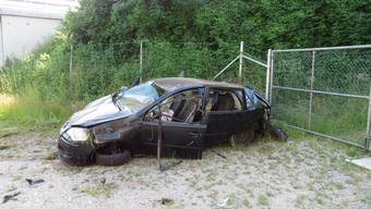 Das Fahrzeug erlitt Totalschaden. Der Lenker konnte sich selbst aus dem Unfallfahrzeug befreien.