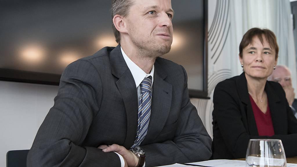 Ernst König, Direktor, links, und Corinne Schmidhauser, Stiftungspraesidentin von Antidoping Schweiz, schreiben von «erreichten oder übertroffenen Jahreszielen»