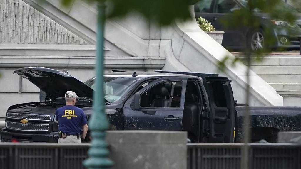 Ein Pick-up parkt auf dem Bürgersteig vor dem Thomas-Jefferson-Gebäude der Kongressbibliothek. Foto: Carolyn Kaster/AP/dpa