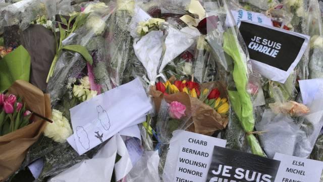 """Blumen vor dem """"Charlie-Hebdo""""-Sitz in Paris. (Archiv)"""