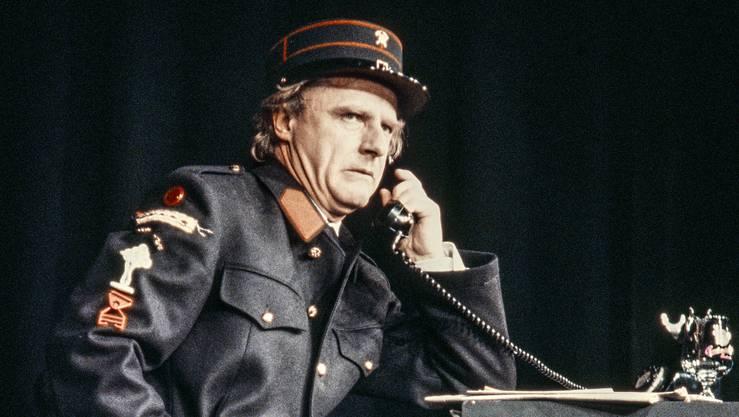 Mit seinen Nummern füllte er Hallen und Theatersäle im ganzen Land. So auch im Bernhardtheater in Zürich, wo Kabarettist Emil Steinberger 1981 mit seinem Programm «Feuerabend» auftrat.