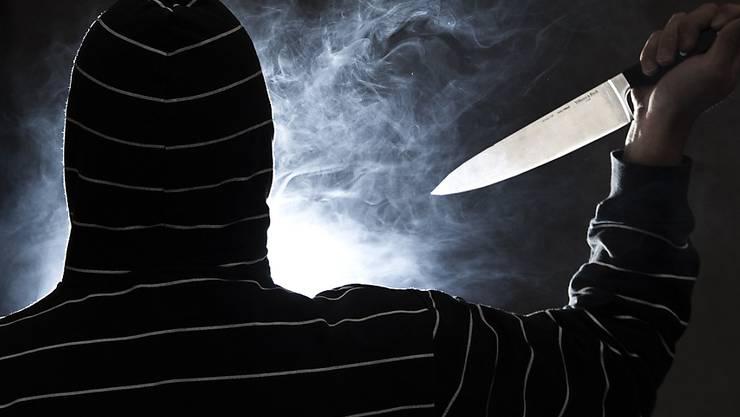 Der bewaffnete Räuber entwendete seinem Opfer das Mobiltelefon und eine Bankkarte. (Symbolbild)