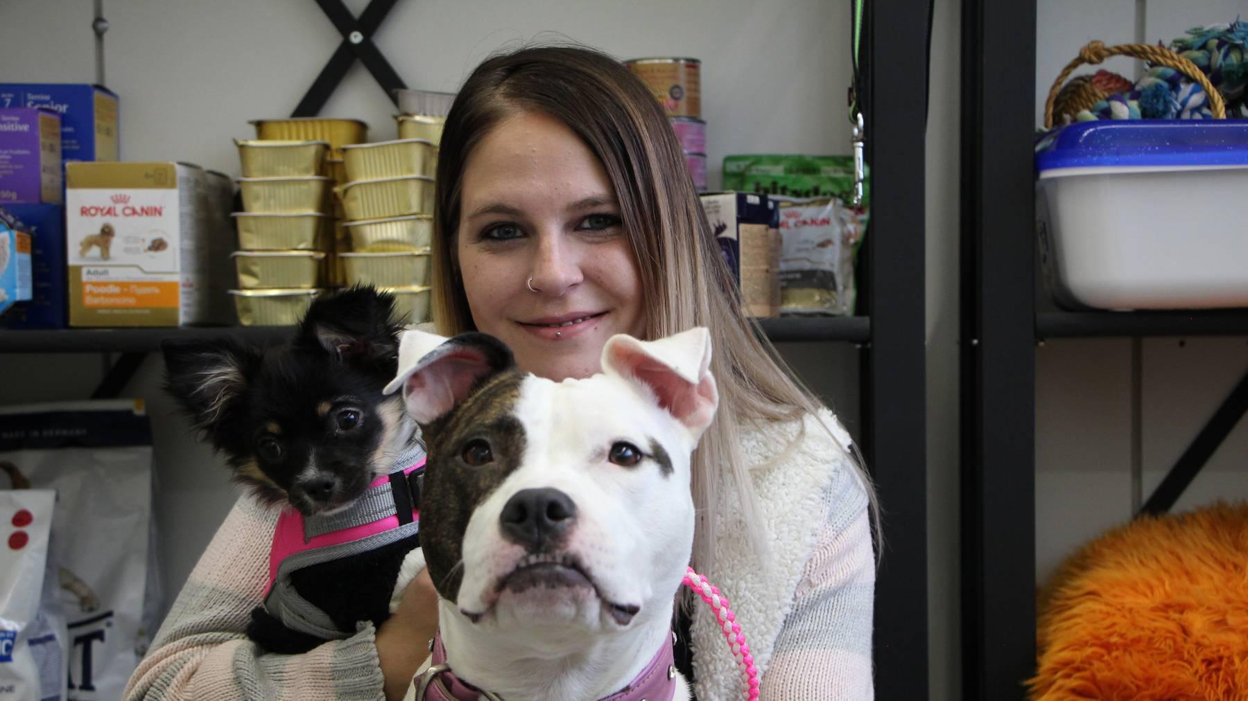 Otilia Schadegg mit ihren Hunden.