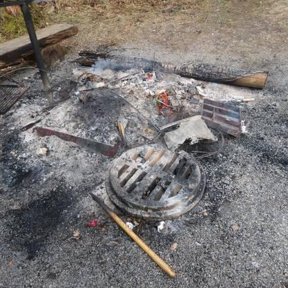 Es wurde Feuer entfacht und Materialien verbrannt.
