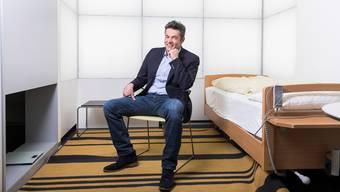 Chronobiologe Christian Cajochen im Schlaflabor in Basel: «Durch die Zeitumstellung erleben wir einen kurzen kollektiven Jetlag.»
