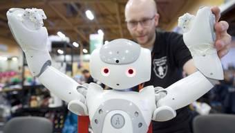 Maschinen werden den Menschen daher nicht vollumfänglich ersetzen: Die Automatisierung vernichtet zwar Arbeitsplätze, schafft aber auch neue.