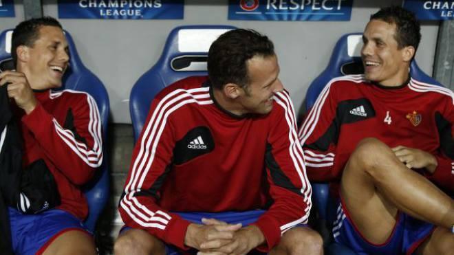 Haben gut lachen: David Degen, Marco Streller und Philipp Degen (von links nach rechts), Murat Yakin ist nicht mehr FCB-Trainer. Foto: Keystone