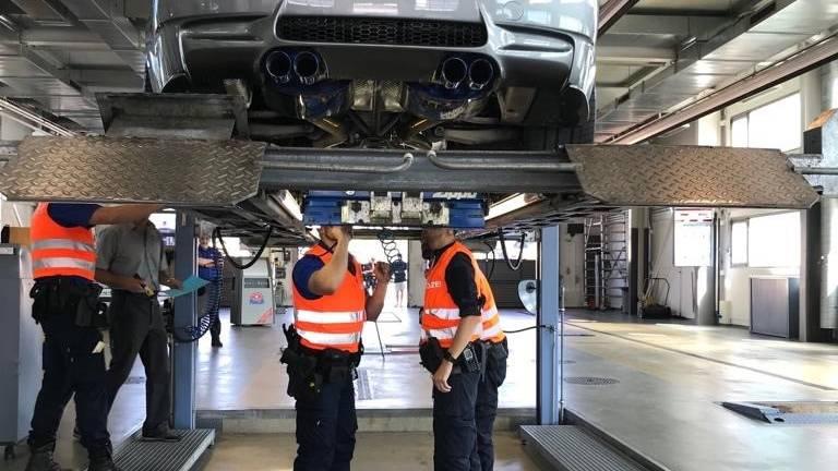 240 Autoposer angezeigt, 24 Fahrzeuge stillgelegt