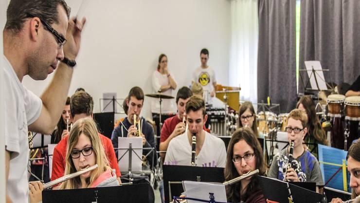 Im grössten Raum des Lagerhauses gibt das Blasorchester bei einer Gesamtprobe Vollgas.