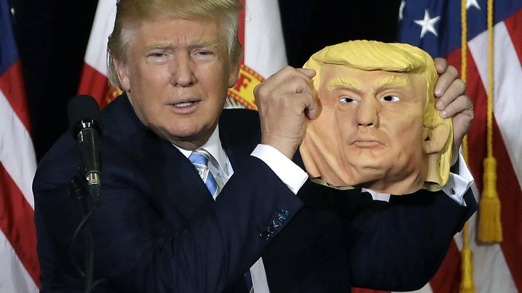 Direktvergleich: Donald Trump im Original und als Maske. (Archivbild)