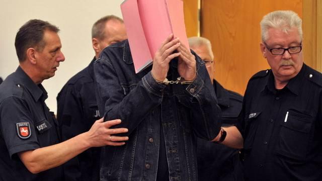 Der mutmassliche Maskenmann wird in Sade vor Gericht geführt
