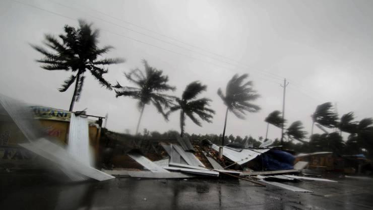 Ein ungewöhnlich starker Zyklon ist an Indiens Ostküste auf Land getroffen. Mit Windgeschwindigkeiten von bis zu Tempo 195 erreichte der tropische Wirbelsturm «Fani» am Freitagmorgen die Gegend um die Küstenstadt Puri, wie die indische Meteorologiebehörde mitteilte.