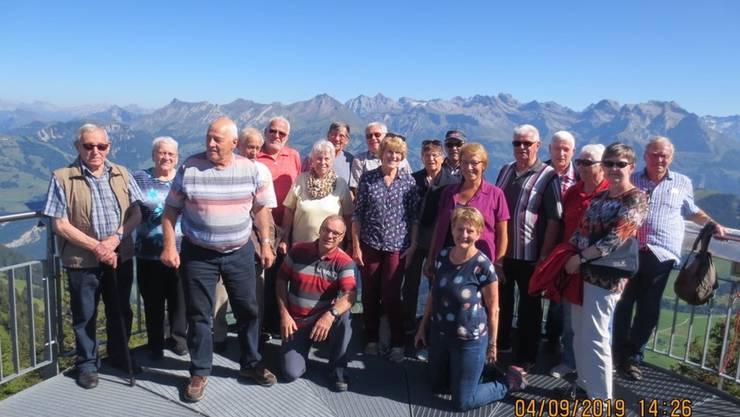 Satus-Reisegruppe Olten auf dem Stanserhorn: Das Gruppenbild wurde auf der runden Plattform beim Drehrestaurant aufgenommen.