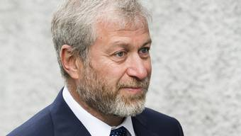 Hat sich schon mal mit einem israelischen Pass abgesichert: der russisch-jüdische Oligarch Roman Abramowitsch lebt zwar seit längerem in London, muss in Grossbritannien aber immer wieder sein Visum verlängern (aufgenommen vor dem Freiburger Gericht am 18. Mai 2018).