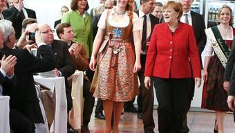 Bundeskanzlerin Angela Merkel feiert das Bier-Jubiläum. An ihrer Seite (links) ist Bierkönigin Marlene Speck.