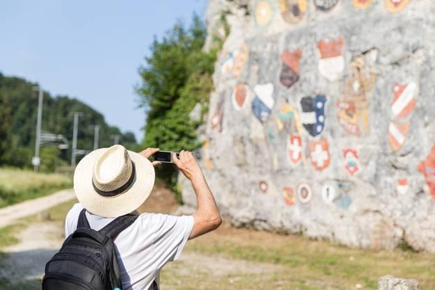 Der Wappenfelsen ist ein schweizweit einmaliges Denkmal. Soldaten malten hier während des Ersten Weltkriegs (aus Langeweile, wie man sagt) Kantons- und Landeswappen auf die Kalkfelsen.