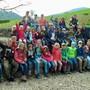 Die Teilnehmer des Kinderlagers auf dem Spielplatz in Herznach. zvg