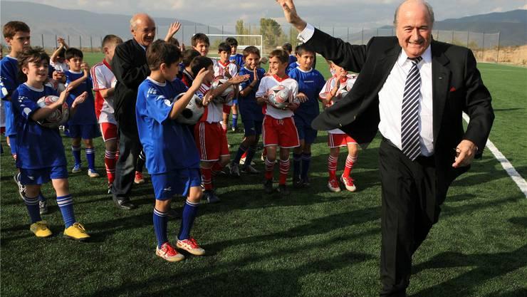 Ein Auftritt, wie ihn Sepp Blatter liebt: 2008 eröffnet der Präsident ein von der Fifa gesponsertes Trainingszentrum nahe der georgischen Hauptstadt Tiflis.Badri Ketiladze/Keystone