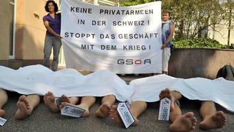 Aktivisten der Gsoa demonstrieren vor der  Aegis Defence Services an der Gartenstrasse 22 in Basel.