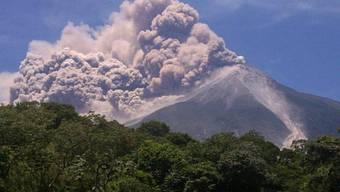 Der Vulkan Fuego in Guatemala spukt wieder Asche und Rauch (Archiv)