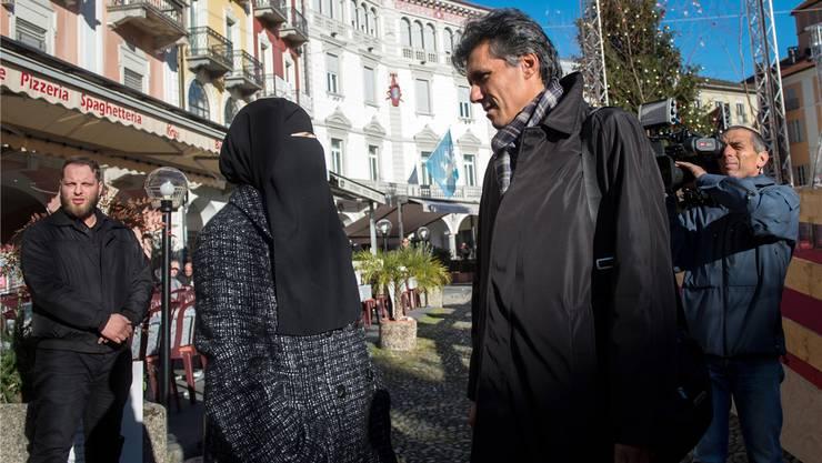 Nora Illi und Rachid Nekkaz (r.) sprechen miteinander an einer Protestaktion desIslamischen Zentralrates der Schweiz in Locarno letzten Dezember.Gabriele Putzu/Key
