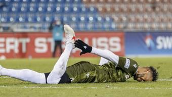 Erst foulte er, dann blieb er selbst verletzt liegen: Sion-Stürmer Guillaume Hoarau erlitt in Vaduz eine Muskelverletzung im Oberschenkel