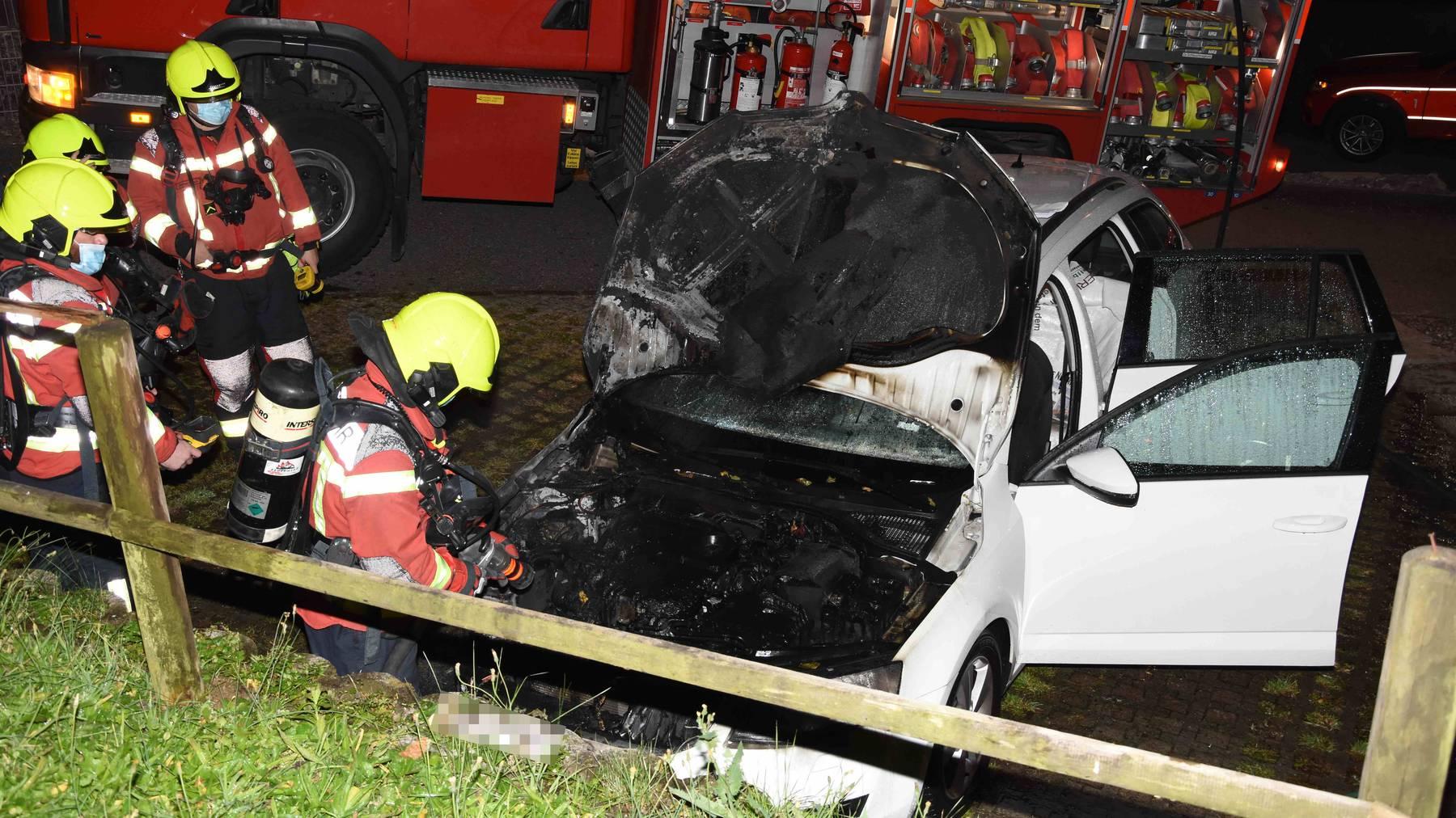 Wieso das Auto in Brand geraten ist, muss noch untersucht werden.