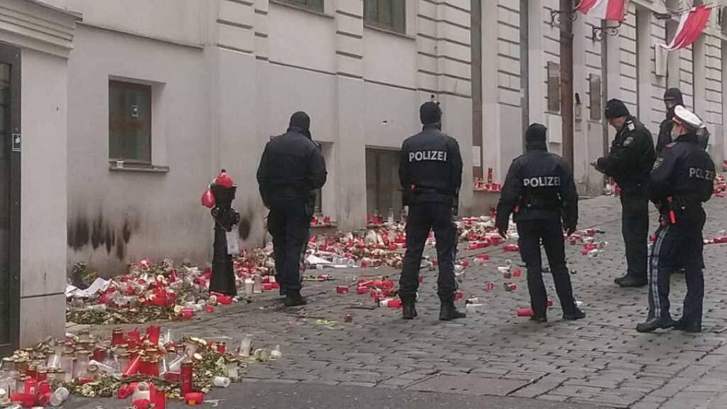 Polizisten stehen am verwüsteten Gedenkort in der Seitenstettengasse. Bei dem Anschlag sind Anfang November vier Zivilisten getötet worden.