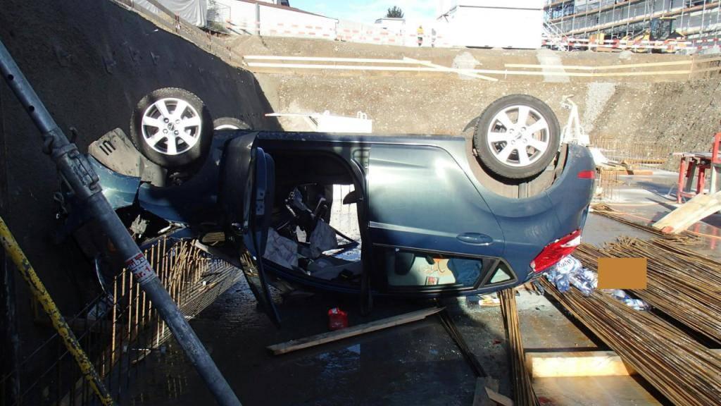 Auf dem Dach in der Baugrube gelandet: Ein 90-jähriger Lenker durchbrach mit seinem Auto und Ehefrau an Bord eine Baustellenabschrankung in Muri AG.