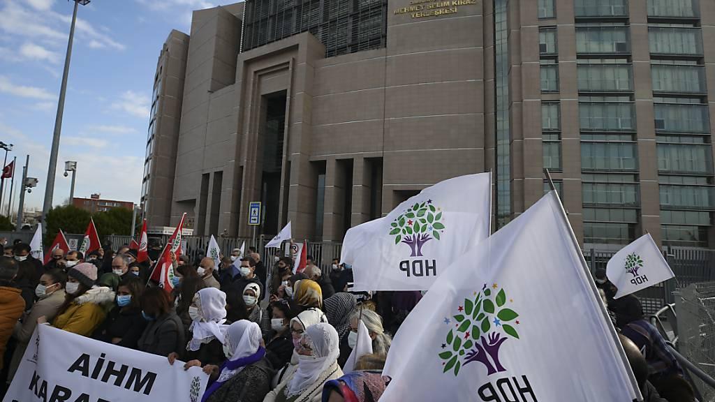 ARCHIV - Anhänger der pro-kurdischen Demokratischen Volkspartei der Türkei (HDP) nehmen vor einem Gerichtsgebäude an einem Protest teil. Foto: Emrah Gurel/AP/dpa