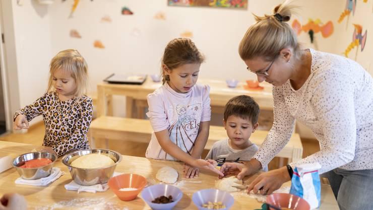 Emelie (3), Melissa (6) und Fabian (4) waren für das Backen zu begeistern.