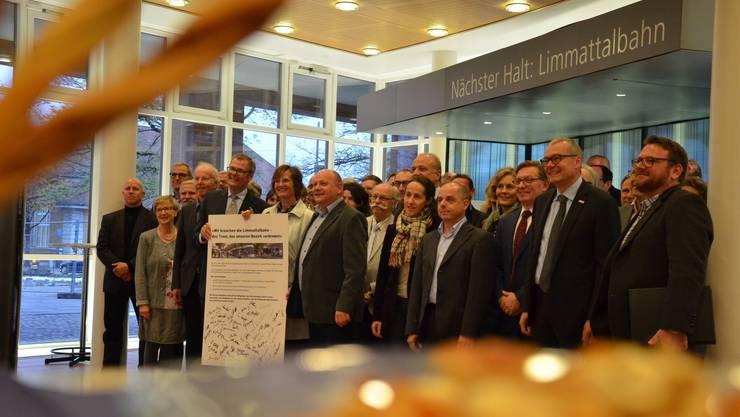 Über 50 Behördenmitglieder liessen sich vor der Unterzeichnung der Absichtserklärung auf einem Gruppenbild verewigen