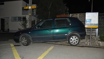 Der grüne VW Golf raste der Polizei davon rammte schliesslich in Bretzwil BL eine Sitzbank sowie einen Abfalleimer.