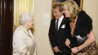 Sir Rod Stewart ist nicht auf den Fussballplätzen, sondern auch in Königshäusern zu Hause. Im Oktober 2016 traf er mit seiner Frau Penny Lancaster (r) in London mit der Queen zusammen (Archiv)