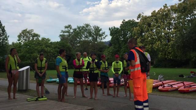 Ein Mitarbeiter von Entsorgung und Recycling Zürich  instruiert die Teilnehmer und bedankt sich für ihre Hilfe