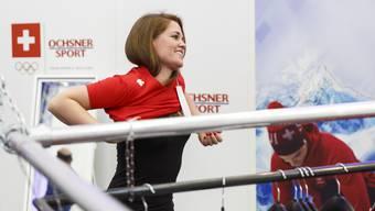 Florence Schelling probiert ein T-Shirt der neuen Olympia-Kollektion an.
