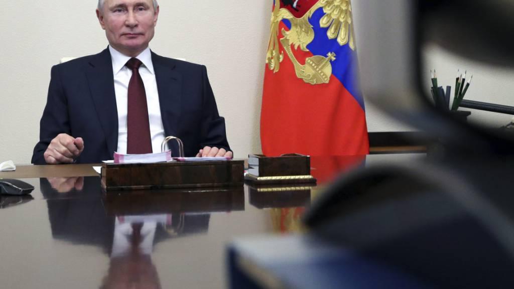 HANDOUT - Russlands Präsident Wladimir Putin nimmt an einer Videokonferenz teil. Foto: Mikhail Klimentyev/Pool Sputnik Kremlin/AP/dpa - ACHTUNG: Nur zur redaktionellen Verwendung und nur mit vollständiger Nennung des vorstehenden Credits