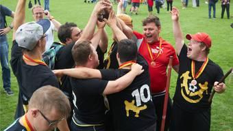 Jubel auf der Sportwiese der Bezirksschule Wettingen: Die Wuja Kickers mit ihrem Spezialpokal. Bild: Beat Meier