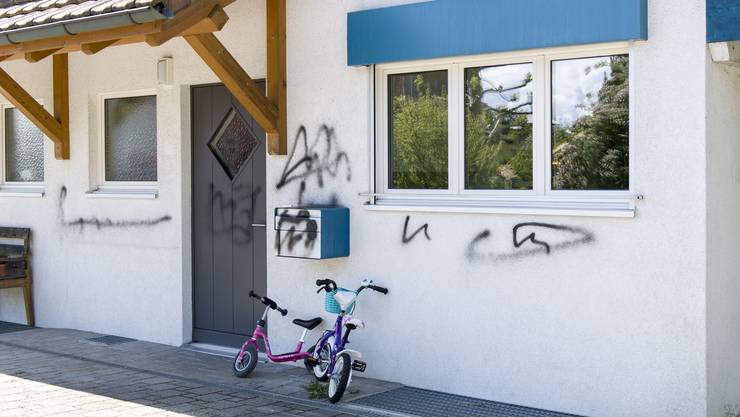 Aus Wut auf die Behördenbesprayte eine Wädenswiler Bürgerin das Haus des Stadtpräsidenten Philipp Kutter.