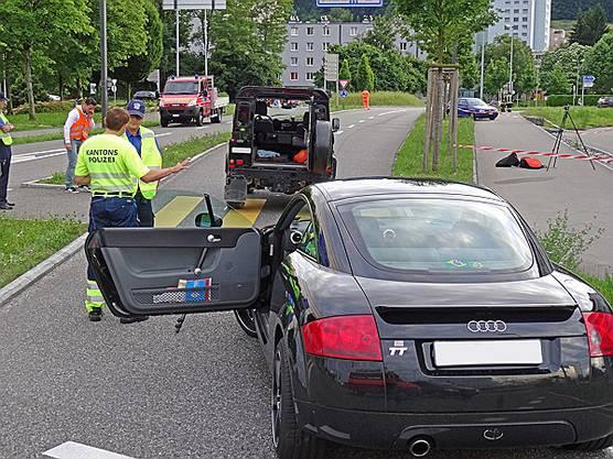 Der Unfallort wird von der Polizei untersucht.