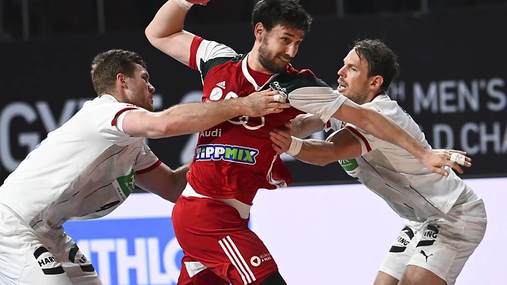 Auch zu zweit nicht zu stoppen: Ungarns Mate Lekai (m.) setzt sich gegen die Deutschen Johannes Golla und Kai Hafner durch