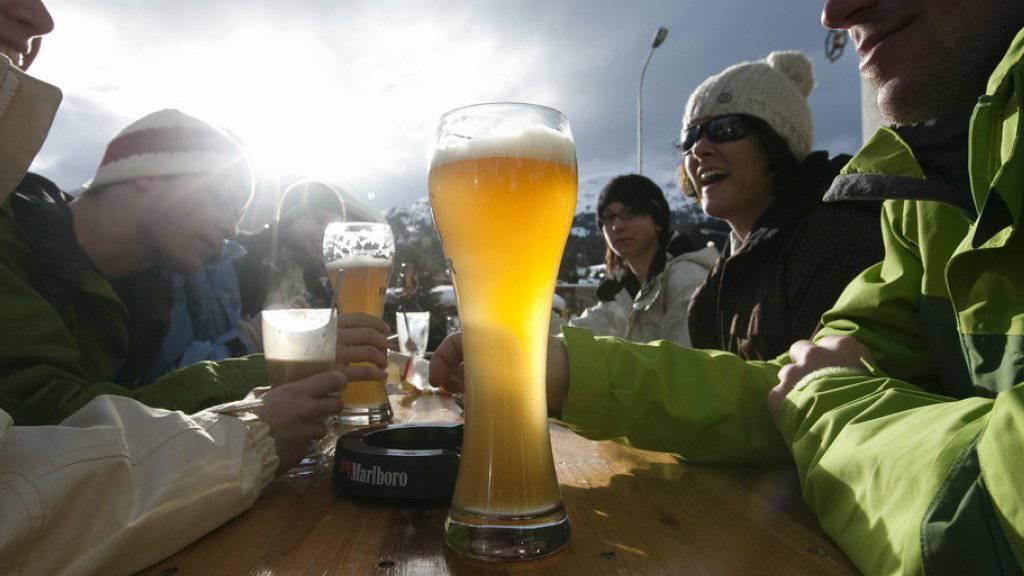 Das Bier auf der Skipiste gehört für viele einfach dazu. (Symbolbild)